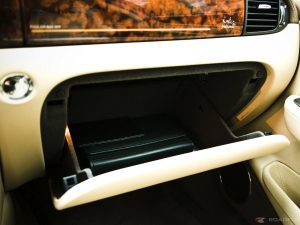 jaguar-xj-super-v8-glove-box